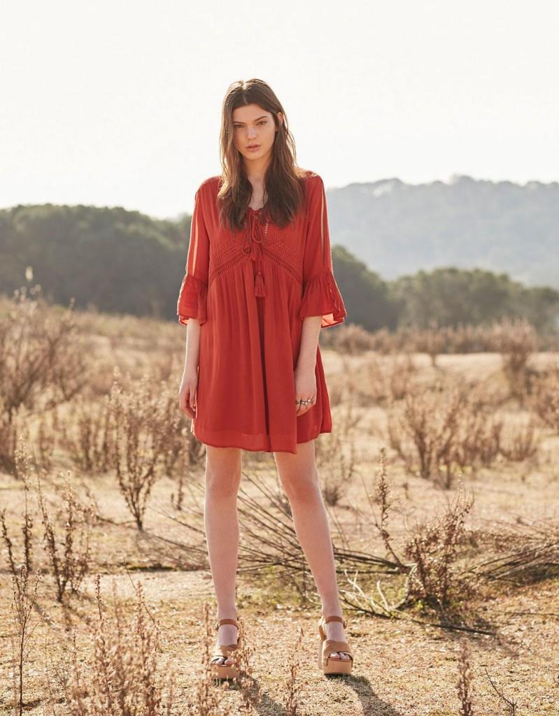 61a979eff9e6 Αν είσαι boho girl θα λατρέψεις αυτό το κόκκινο φορεματάκι. Συνδύασε το με  καφέ πλατφόρμες.
