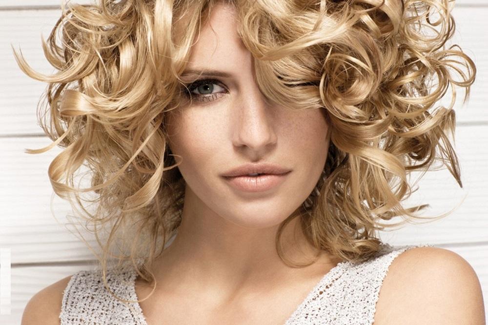 Τα ιδανικότερα κουρέματα για τα σγουρά μαλλιά - yang.gr 97135e1981f