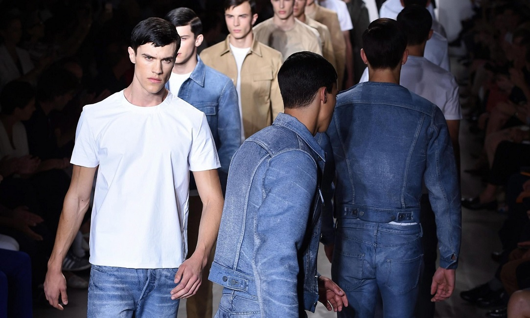 ac5bb0cc364 Τρόποι να φορέσεις το τζιν σου πουκάμισο, το πιο διαχρονικό κομμάτι της  ντουλάπας σου